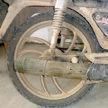 Orang ini Ganti Knalpot Motornya yang Rusak dengan Bambu