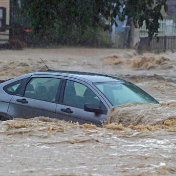 Jangan Gegabah, Begini Menangani Mobil yang Terendam Banjir